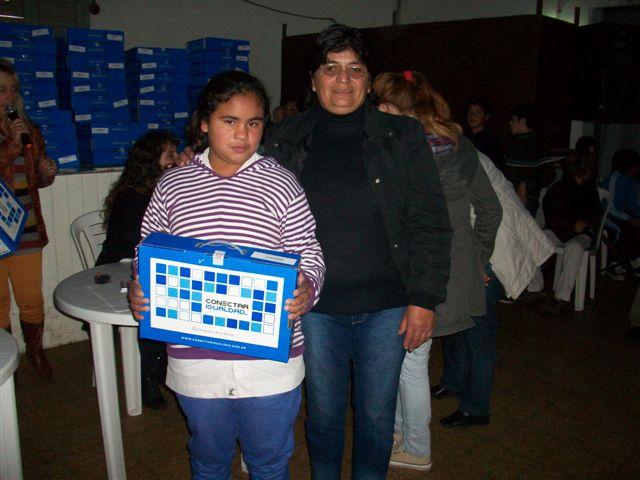 La alumna Sol Agüero junto a su abuela Mirta fue la primera en recibir su netbook.