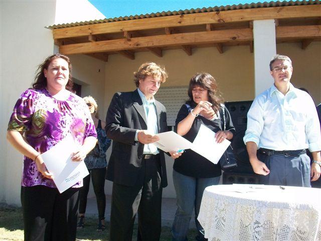 Mónica Villalba junto a Millán, Ibáñez y Golía al recibir las llaves de la vivienda.