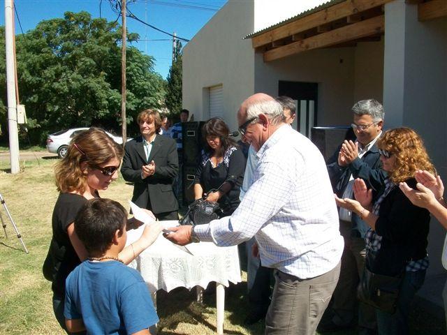 Juliana Ibarra recibe las llaves en manos del Secretario de Servicios Públicos Néstor Daniel Micucci.