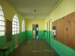 Una de las galerías laterales recién pintadas.