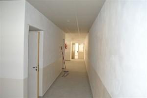 Vista de un pasillo que conduce a baños y aulas.