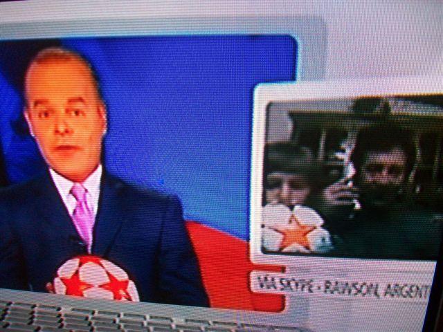 Ezequiel Lacanfora junto a su hijo Luciano en la pantalla de NTN 24, canal de Colombia.