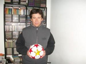 Ezequiel con el balón que le entregaron.