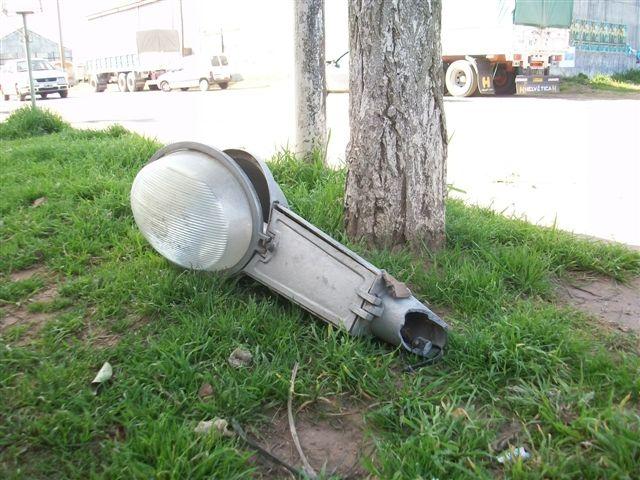 Otra imagen de la farola que cayó en la mañana de este martes.