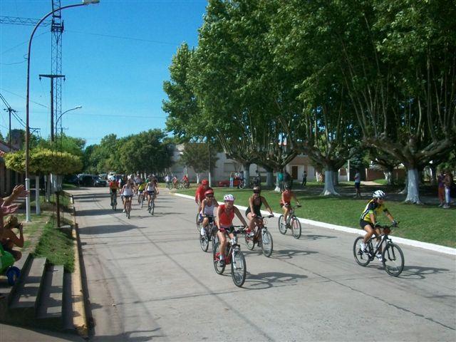 Los ciclistas locales y de la zona pasando frente a la Delegación Municipal.
