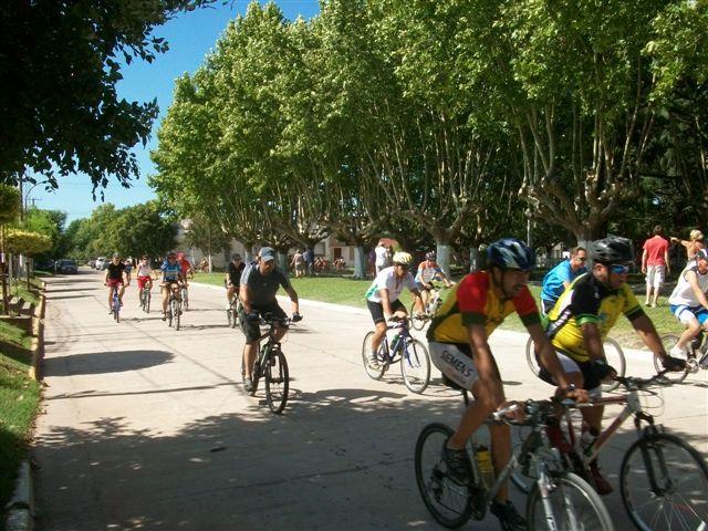 Otra imagen de los  ciclistas haciendo el recorrido de 127 vueltas sobre dos manzanas.