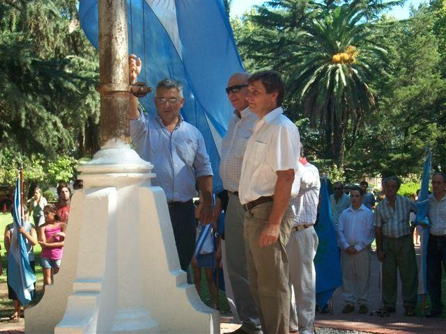 Barrientos, Micucci y Millán izando la Bandera Argentina.