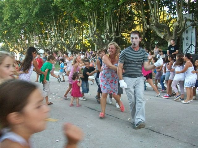 , Teatro callejero para niños por el dúo de Chacabuco Sandra y Germán.