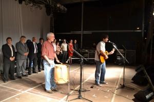 Las autoridades sobre el escenario y Christián Fagan interpretando Canción de Fiesta.