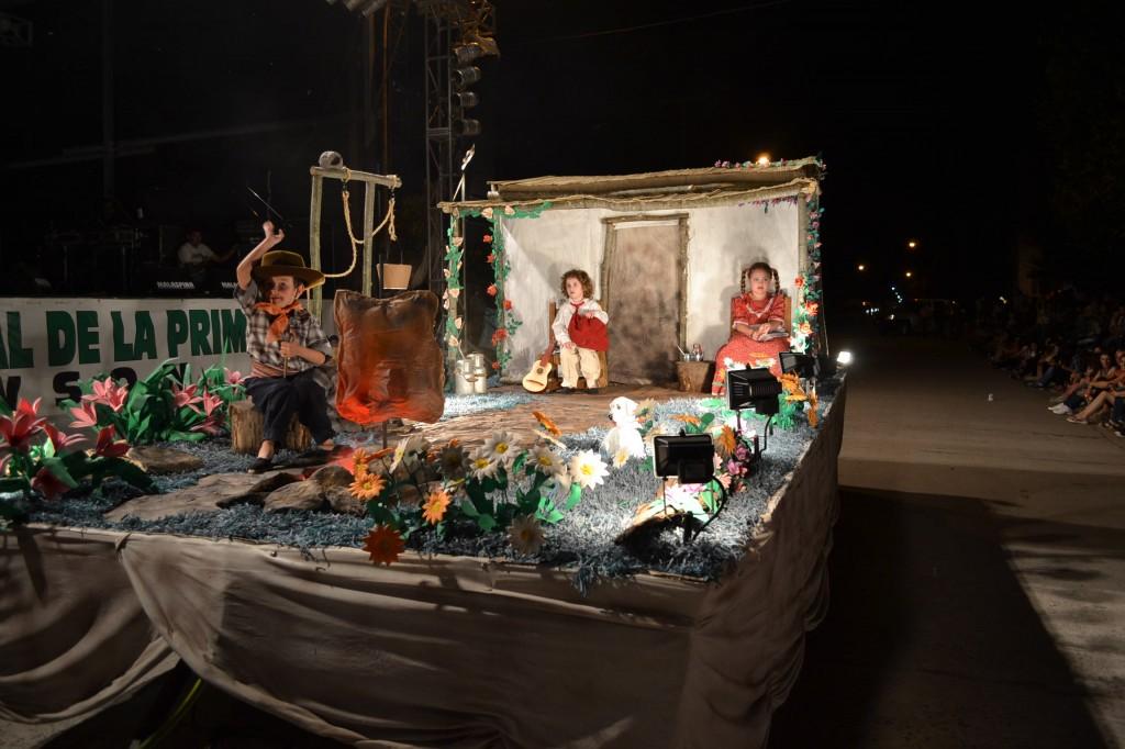 """Carroza Nº 3: """"Tradiciones en Primavera"""", representando a Bomberos Voluntarios de Rawson."""