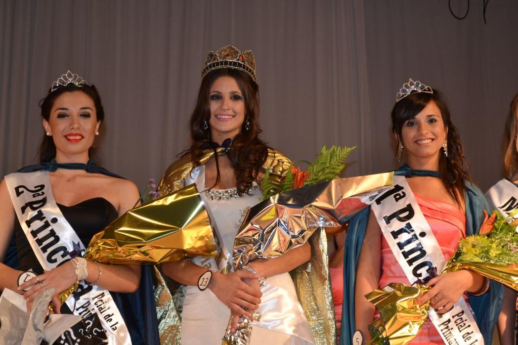 La nueva soberana de la Fiesta de Rawson, Analía Bromo, junto a sus Princesas, Nicole Cicerchia y Miriam Lucero.