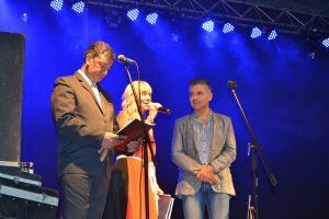 Los locutores de la fiesta, Mónica del Castillo y Gustavo Lezaun, junto al periodista Huho Machiavelli