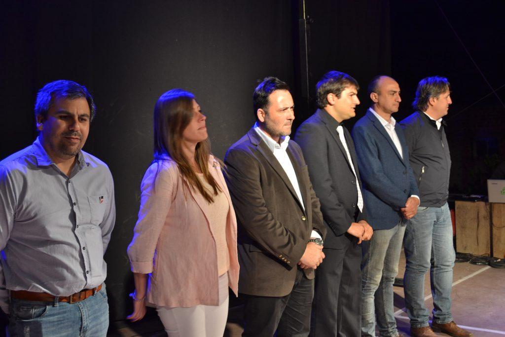 Aiola junto a demás autoridades y el presidente de la comisión de la fiesta, Laureano Papini.