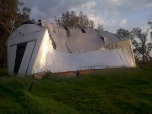 Estado en que quedó el galpón de Las Margaritas por efectos del viento. Foto gentileza: Esteban D. Genaro.