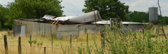 Imagen del galpón en el cual se le voló parte del techo. Foto: Kotata.
