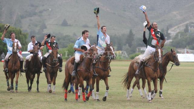 Los jugadores luego de disputada  la final, entre ellos Gastón Lemme y Martín Lemme. Foto: lagaceta.com.ar