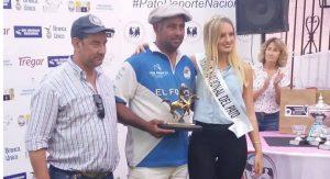 Lemme recibe el trofeo como Mejor Jugador del Torneo en manos del Presidente de la FAP, Gustavo Lezaun.