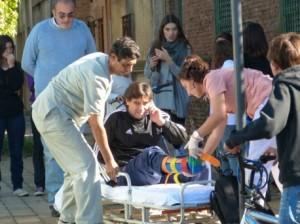 Gerardo Bert cuando es subido a la camilla para ser trasladado al Hospital.