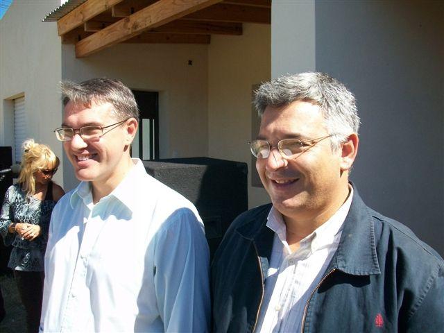 El Intendente Golía junto al precandidato a intendente del Justicialismo Mauricio Barrientos en la entrega de casas en Rawson.
