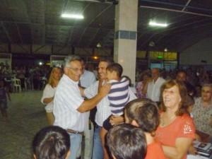 Golía recibe el saludo del actual intendente de Chacabuco Barrientos.