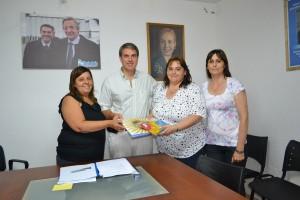 Darío Golía entregó subsidios y banderas Argentina y Bonaerense a dos establecimientos educativos en Chacabuco.