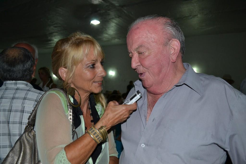 Mónica del Castillo, de la Radio de Rawson, dialogando con Granados.
