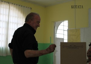 El ex intendente Omar Granados emitiendo su voto en las internas del PJ.