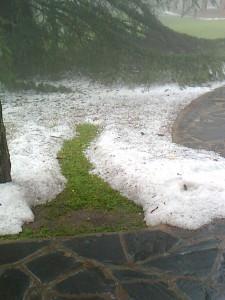 Granizo acumulado en el patio de Flia. Leiva.