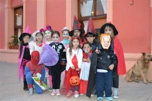 Niños antes de comenzar con Halloween.