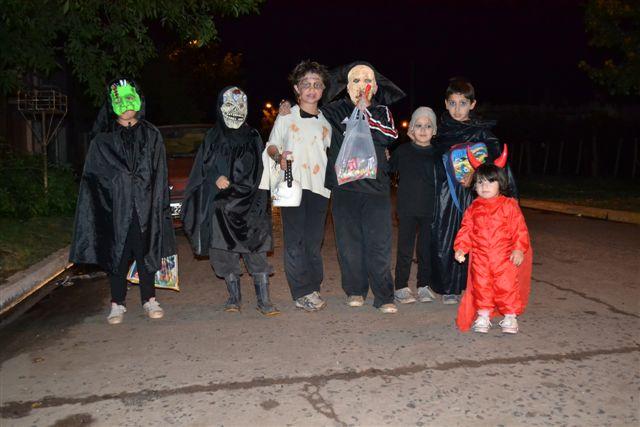 Otro grupo de niños en Halloween.