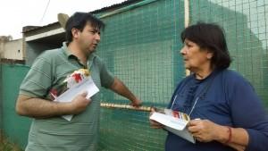 El  candidato a concejales, Lisandro Herrara, dialogando con vecinos.