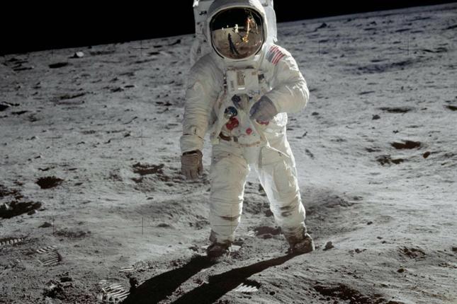 25/8/12- Se conoció la noticia que en el día de hoy murió el astronauta Neil Armstrong, primer hombre en pisar la Luna el 20 de julio de 1969, murió a los 82 años.Armstrong fue sometido a principios de agosto a una operación cardíaca después de que los médicos encontraran que sus arterias coronarias estaban obstruidas.