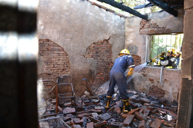 Bomberos trabajando en una de las habitaciones.