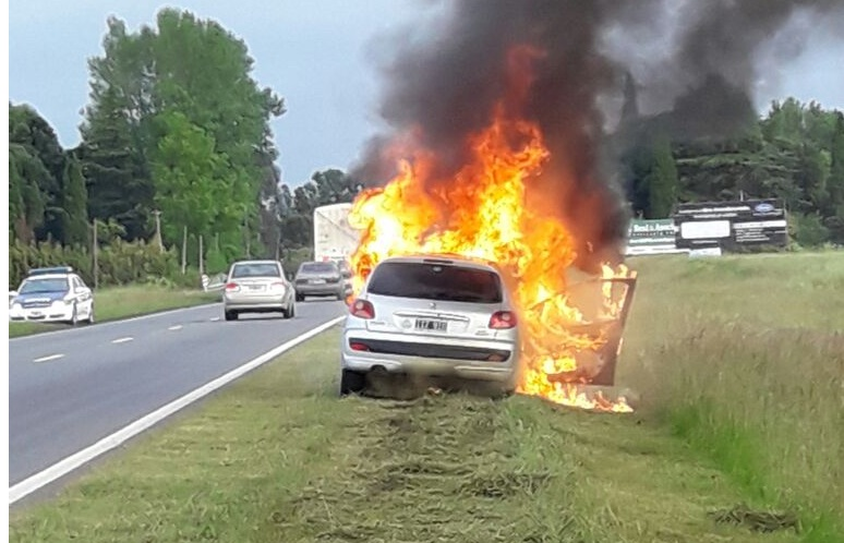 El Peugeot de Rodríguez envuelto en llamas.