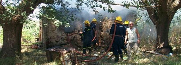 Los Bomberos extinguiendo el fuego de la casa de Familia Stella.