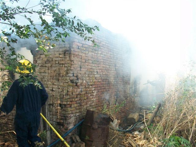 otra imagen de la casa incendiada.