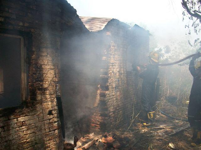El fuego destruyó la casa de la familia Stella.