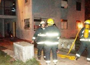 Varias personas lesionadas en un incendio intencional.