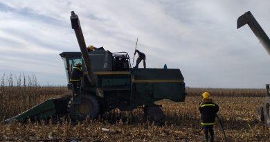 Bomberos Voluntarios de Rawson trabajando en la cosechadora siniestrada