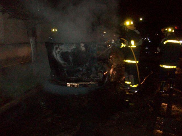 Otra imagen del incendio del Renault 12.