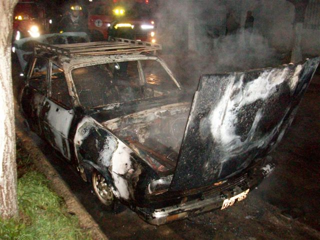 El fuego destruyó por completo el Renault 12.