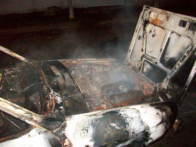 Otra imagen del auto destruído por las llamas.