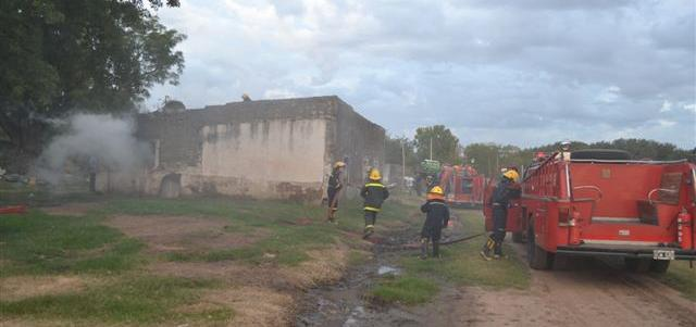 Bomberos Voluntarios trabajando en el lugar del incendio.