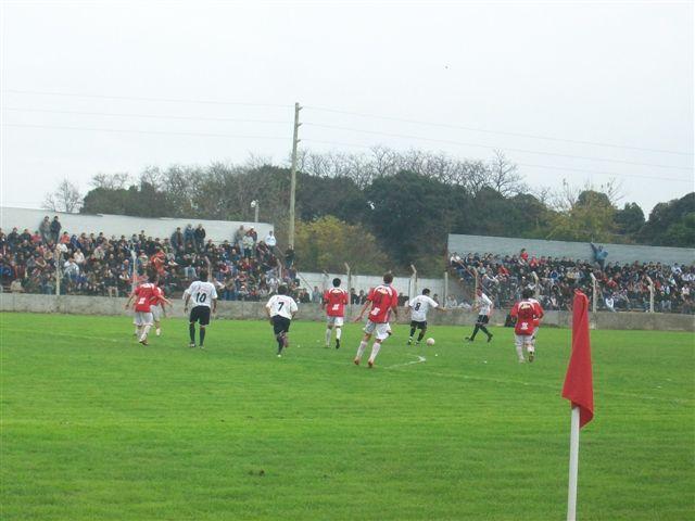 Independiente de Chivilcoy al ataque en el primer tiempo.