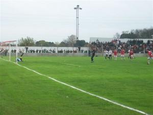 El arquero chivilcoyano Rubén Ramírez convierte el 2 a 0 de penal el 2 a 0, a los 35 minutos del primer tiempo.