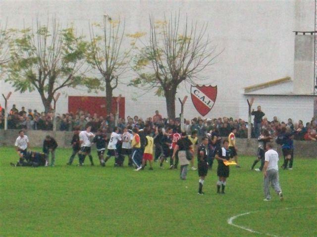 Comienza el festejo de los jugadores de Independiente de Chivilcoy después de los penales.