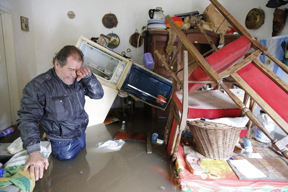12/8/15- Gabriel Márquez, en el barrio Canuglio, en San Antonio de Areco, su casa bajo el agua. Una de las tantas imágenes de las inundaciones que afecta a miles de vecinos de la región del noroeste de la Provincia. Foto: Ricardo Pristupluk para el diario La Nación.