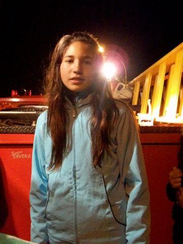 Irina sobre un móvil de Bomberos Voluntarios, recorriendo las calles de Rawson.
