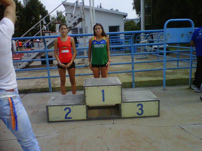 Irina Rodríguez junto a la representante de Brasil, ganadora de la competencia de 100 metros libres.