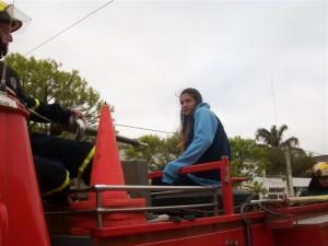 Irina en la autobomba de Bomberos, encabezando la caravana.